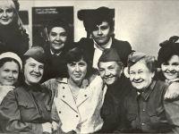 S.A. with the artists of the Omsk Theater (center) - Photo from the archive S. Aleksievich