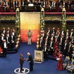 Светлана Алексиевич получает медаль и диплом из рук короля Швеции Карла XVI Густава