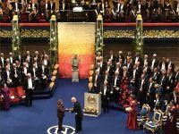 Светлана Алексиевич получает Нобелевскую премию по литературе из рук короля Швеции Карла XVI Густава. 10 декабря 2015 © Фото M. Кабаковой