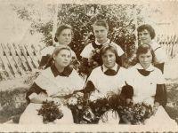С.А. (впереди, в центре), 1964 -- Фото из архива С. Алексиевич