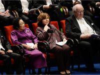 Нобелевские лауреаты сидят на сцене. Слева: Лауреаты по медицине Сатоси Омура и Юю Ту, Светлана Алексиевич и лауреат по экономике Ангус Дитон --Copyright © Nobel Media AB 2015 Photo: Pi Frisk