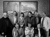 Нижний ряд: Светлана Алексиевич, Ядвига Юферова, Светлана Кармалита; верхний ряд: трое журналистов, Алексей Герман, Петр Вайль, Рене Герра -- Фото из архива С. Алексиевич