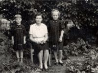 С.А. с матерью и сестрой Тамарой -- Фото из архива С. Алексиевич