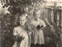 СА (справа) с сестрой Тамарой -- Фото из архива С. Алексиевич