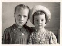 С.А. (справа) с сестрой Тамарой -- Фото из архива С. Алексиевич